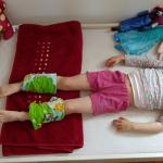 """""""Buộc khăn bắp chân"""" – Phương pháp hạ sốt cho con của mẹ Đức, các mẹ đã biết chưa?"""