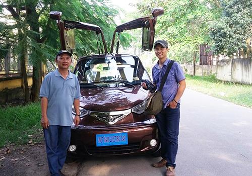Ông Trần Văn Tâm (trái) bên mẫu ôtô điện của mình.