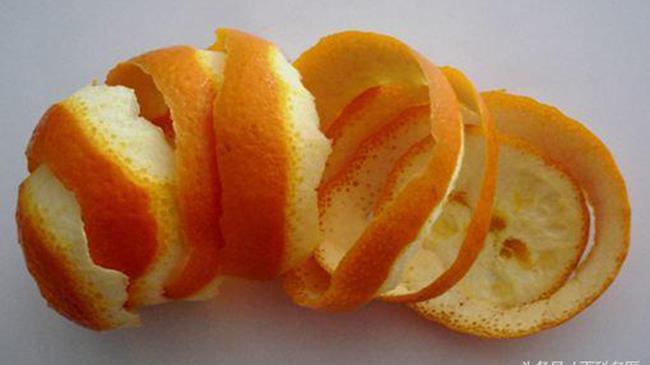 Tác dụng không ngờ của vỏ cam, từ chưng thành nước để uống đến dùng ngâm với nước, ai cũng nên biết!!!