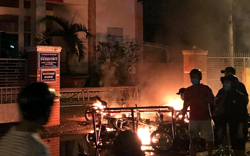 Đám đông đốt khoảng chục xe máy trước cổng Sở Kế hoạch và <a  href=
