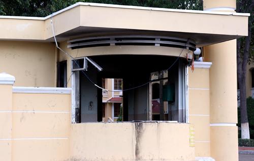 Gác vọng bảo vệ trụ sở UBND bị đập phá tan hoang. Ảnh: Phước Tuấn.