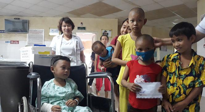 Hành động nhân ái của 2 gia đình cháu bé sống sót vụ tai nạn thảm khốc ở Quảng Nam: Tặng trăm triệu cho bệnh nhi nghèo