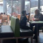 Mời cháu trai đi ăn hamburger nhưng cháu chỉ cắm đầu chơi điện thoại, người ông đã rơi nước mắt