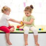 2 đứa trẻ đánh nhau tranh đồ chơi, cách ứng xử của 2 bà mẹ khiến người ngoài sốt ruột