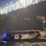 Toàn cảnh vụ trục vớt 2 nạn nhân trong xe sang Mercedes lao xuống sông Hồng