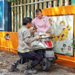 Bữa cơm trên yên xe - hình ảnh về đôi vợ chồng khiến dân mạng không ngừng trầm trồ